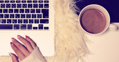 女性の綺麗な手とパソコンとココア。オシャレなランサー