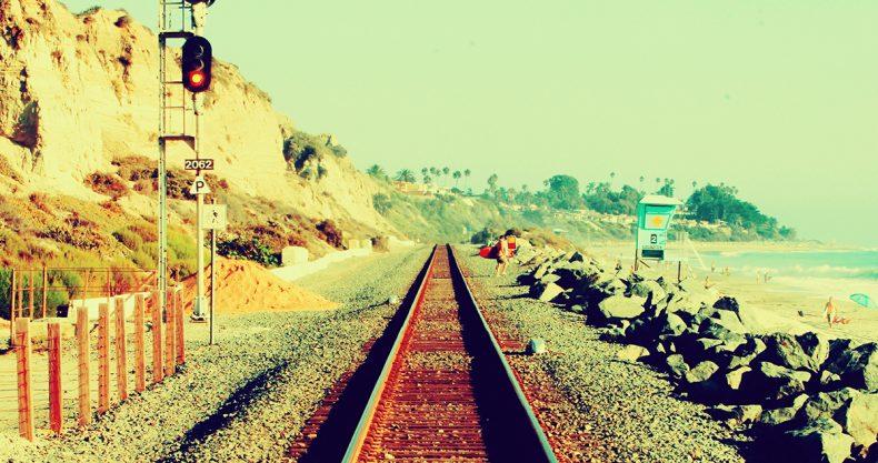 真っ直ぐな線路、どこまでも続きそうな青空