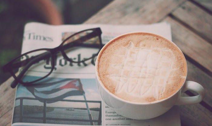 カフェでインターネットビジネスとコーヒーと