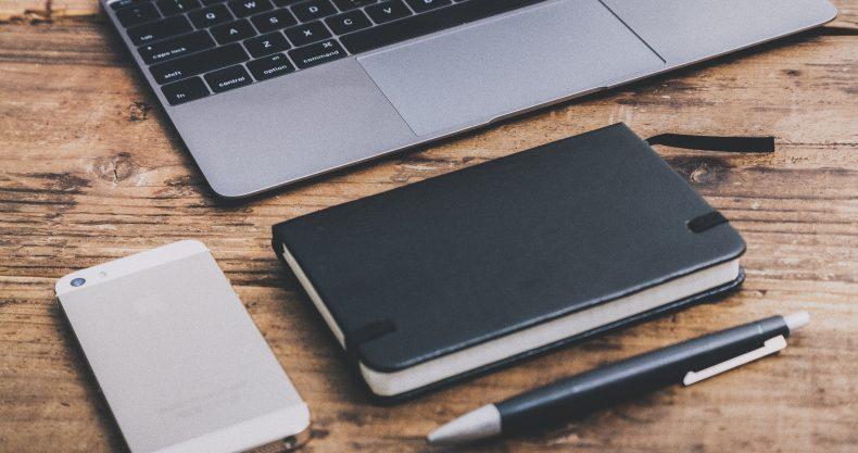 手帳とスマホとペンとパソコンの写真。カフェでインターネットビジネス2