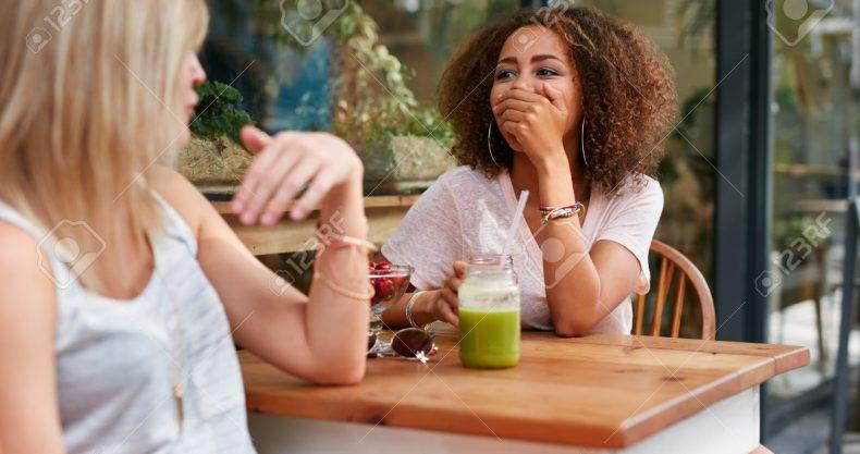 メンターの存在。カフェで女の子二人がお茶をしている。スムージーを飲んでいる。